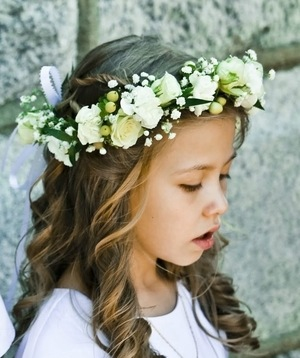 id e coiffure une couronne de fleurs pour une communion ou confirmation. Black Bedroom Furniture Sets. Home Design Ideas